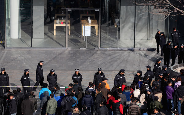 China's flagship Apple store egged
